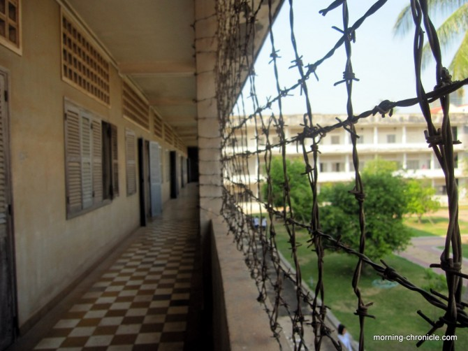 Tuol Sleng: des barbelés dans un lycée devenu prison...
