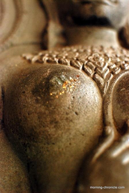 Angkor Vat : feuille d'or apposée sur un sein d'une divinité