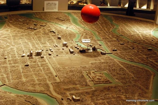 En rouge, l'explosion, au dessus du dôme et de la ville rasée