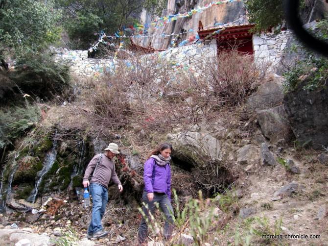 Avec Jerod avant de traverser la cascade