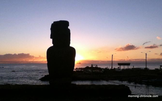 Forme au crépuscule sur l'île de Pâques