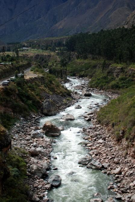 La rivière qui longe les rails et vice versa