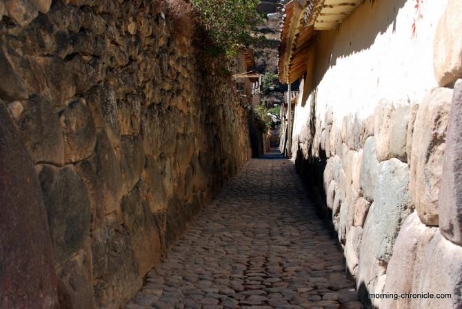 Rue et mur incas