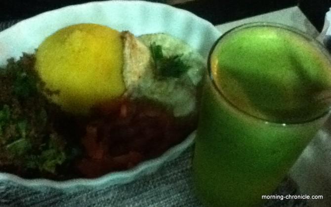 Suco verde et plat brésilien